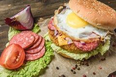与菜和鸡蛋的汉堡包 免版税库存照片