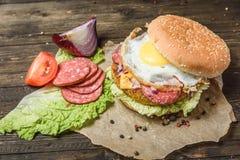 与菜和鸡蛋的汉堡包 免版税图库摄影
