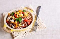 与菜和鸡蛋的糙米 免版税库存图片
