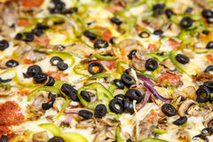 与菜和黑橄榄的豪华薄饼 免版税库存图片