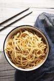 与菜和yakisoba调味汁的面条 库存照片