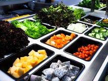 与菜在餐馆,健康食物的沙拉柜台 免版税图库摄影