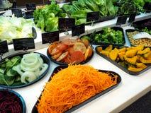 与菜在餐馆,健康食物的沙拉柜台 免版税库存照片