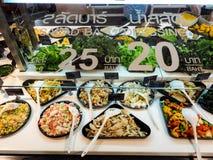 与菜在餐馆,健康食物的沙拉柜台 库存照片