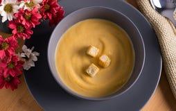 与菜奶油的碗灰色  免版税库存照片