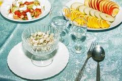 与菜快餐的庆祝桌在招待会的餐馆 被切的苹果、桔子、梨和蘑菇沙拉特写镜头 空 免版税库存照片