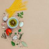 与菜橄榄油的意大利食物概念面团调味了wi 免版税库存图片