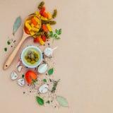 与菜橄榄油的意大利食物概念面团调味了wi 免版税库存照片