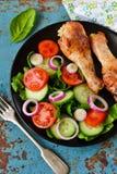 与菜沙拉一道配菜的被烘烤的鸡  库存照片