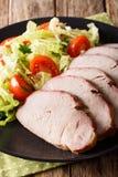 与菜沙拉特写镜头的切的烤猪里脊肉在a 免版税库存照片