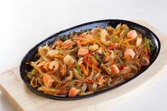 与菜海鲜,三文鱼,牡蛎,淡菜,虾的铁锅面条 图库摄影