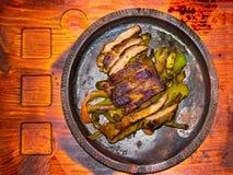 与菜特写镜头的猪肉牛排在纸,水平的顶视图 免版税图库摄影