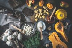 与菜的不同的乳制品在木台式视图 库存照片
