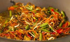 与菜的亚洲面条在铁锅 免版税图库摄影
