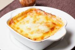 与菜的传统意大利烤宽面条 免版税库存图片