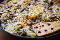 与菜的传统亚洲牛肉肉在铁锅 库存图片