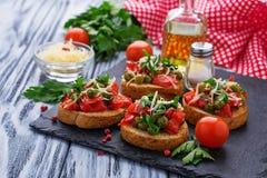 与菜的传统意大利开胃小菜bruschetta 免版税库存图片