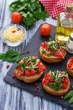 与菜的传统意大利开胃小菜bruschetta 免版税图库摄影
