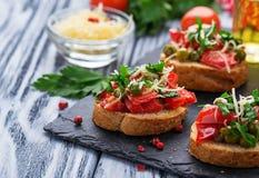 与菜的传统意大利开胃小菜bruschetta 库存照片