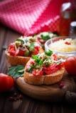 与菜的传统意大利开胃小菜bruschetta 免版税库存照片