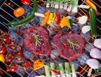 与菜的可口牛肉肉在烤肉格栅 免版税库存照片