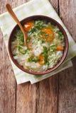 与菜的圆白菜汤在碗关闭  垂直的名列前茅vi 免版税库存图片