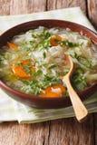 与菜的圆白菜汤在碗关闭  垂直 免版税库存照片