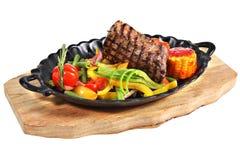 与菜的墨西哥牛排在生铁卵形服务盛肉盘 免版税库存图片