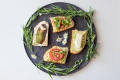 与菜的多士作为鲕梨,蕃茄,茄子,乳酪 免版税库存照片