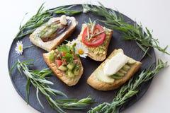 与菜的多士作为鲕梨,蕃茄,茄子,乳酪 免版税库存图片