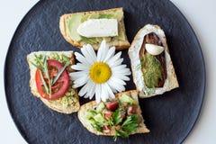 与菜的多士作为鲕梨,蕃茄,茄子,乳酪 库存照片