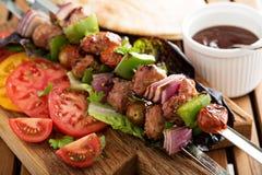 与菜的小牛肉kebabs 免版税库存照片