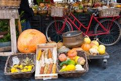 与菜的市场摊位 免版税库存图片