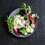 与菜的希腊酸奶 在黑暗的背景的健康快餐 免版税图库摄影