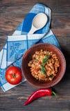 与菜的开胃健康米在木背景的板材 选择聚焦 顶视图 免版税库存照片