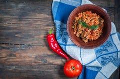 与菜的开胃健康米在木背景的板材 选择聚焦 顶视图 免版税库存图片