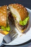 与菜的开胃汉堡包在有叉子的白色板材在木桌上 免版税图库摄影