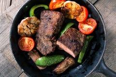 与菜的开胃牛排 免版税库存照片