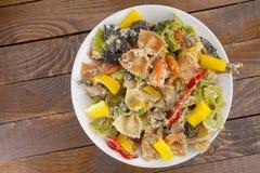 与菜的开胃色的farfalle面团 图库摄影