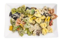与菜的开胃色的farfalle面团 库存照片