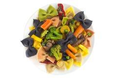 与菜的开胃色的farfalle面团 库存图片