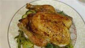 与菜的开胃被烘烤的鸡在一块美丽的板材 股票视频