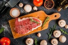 与菜的新未煮过的roastbeef 免版税库存照片