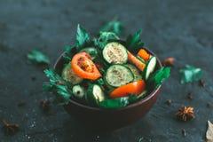 与菜的新鲜的沙拉在黑表面无光泽的背景 健康饮食的概念 库存图片