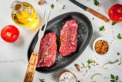 与菜的未加工的牛排 图库摄影