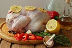 与菜的未加工的鸡 免版税图库摄影