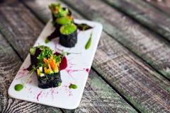 与菜的未加工的素食主义者寿司卷 库存照片