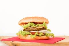 与菜的汉堡包,在木桌上,关闭 免版税库存图片