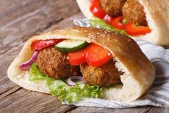 与菜的沙拉三明治在皮塔饼水平面包的特写镜头 免版税库存照片