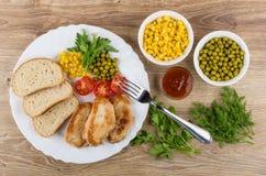 与菜的油煎的火鸡肉,在盘,番茄酱的面包,绿色 免版税图库摄影